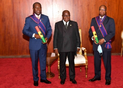 LE DIRECTEUR GENERAL DU CONSEIL DU CAFE-CACAO DE CÔTE D'IVOIRE  DECORE PAR LE PRESIDENT DE LA REPUBLIQUE DU GHANA